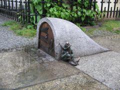 Один из найденных во Вроцлаве гномов.
