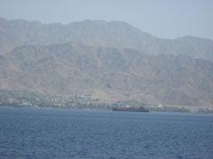 Израиль, Эйлат, прогулка на яхте, виден Иорданский берег (главный флаг Иордании)