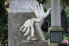 Прага. Надгробие на кладбище в Вышеграде.