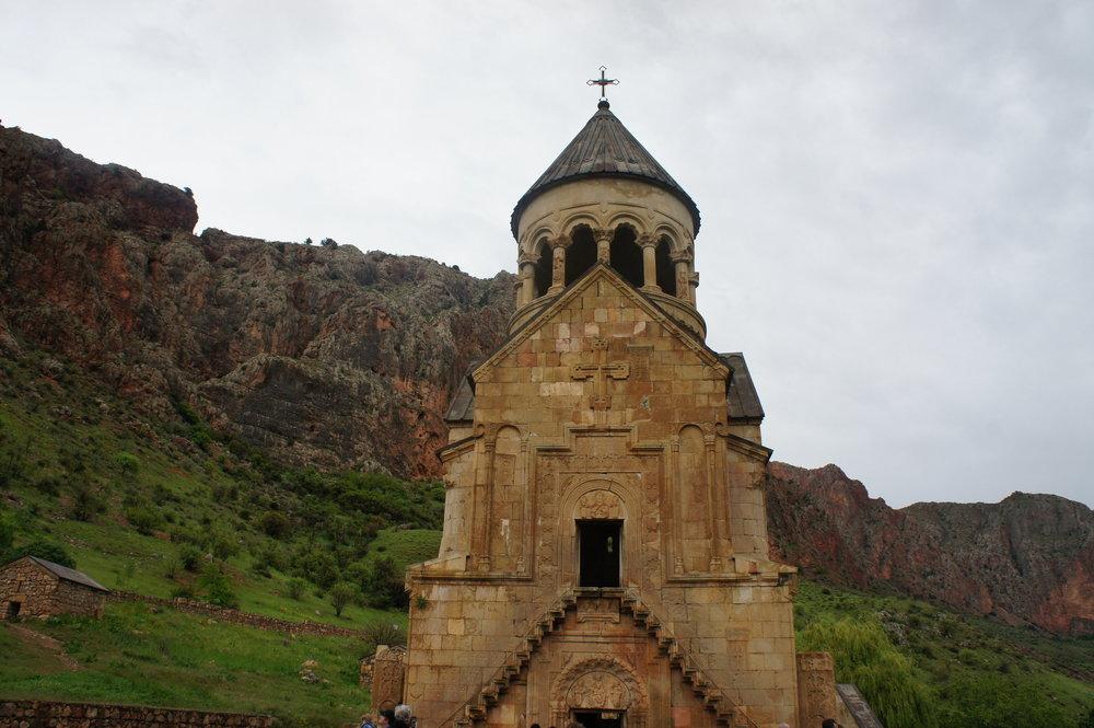 DSC03617  Армения монастырский комплекс %22Нораванк%22 Красные скалы  .JPG