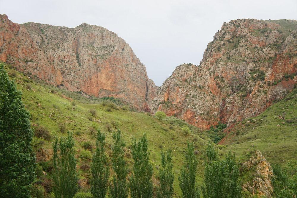 DSC03656  Армения монастырский комплекс %22Нораванк%22 Красные скалы  .JPG