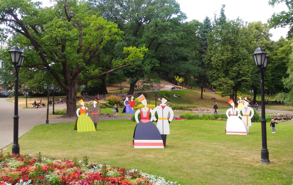 Парк Бастигн горка с фигурами.jpg