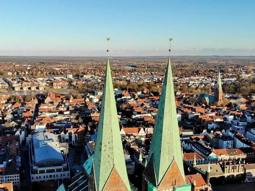 Lübeck Clear Day Flight over Churches 4K.mp4_000082179.jpg