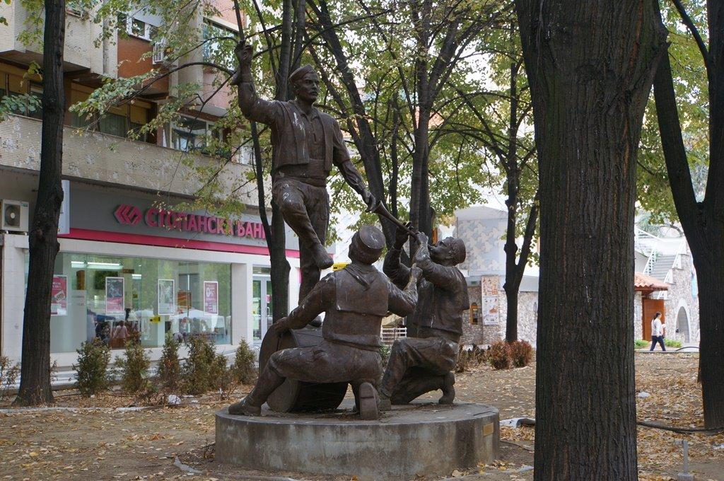 12572.Скопье.Памятник танцу «Тешкото».jpg