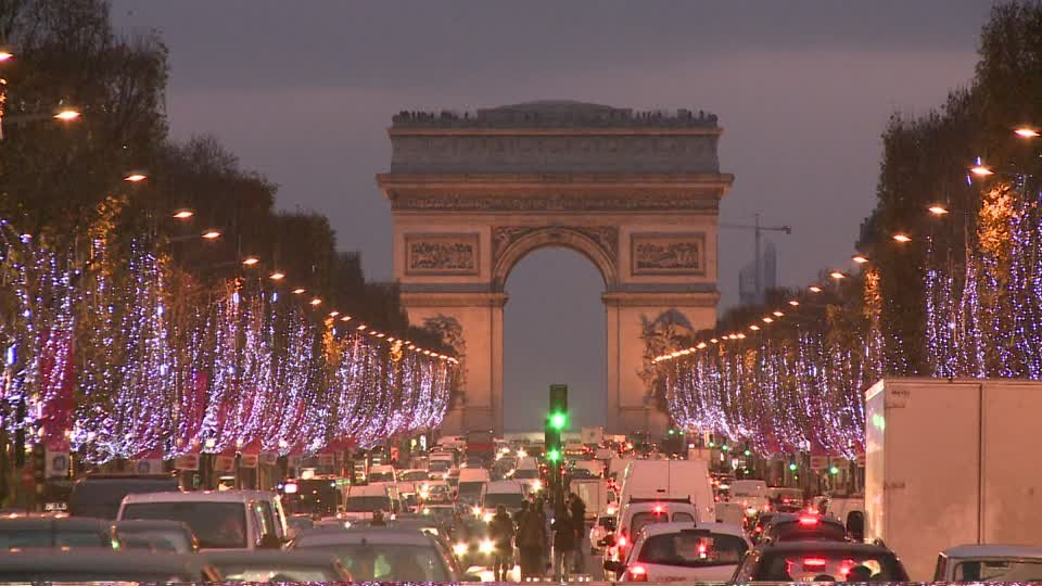 358994859-arc-de-triomfe-champs-elysees-christmas-lights-traffic-jam.jpg