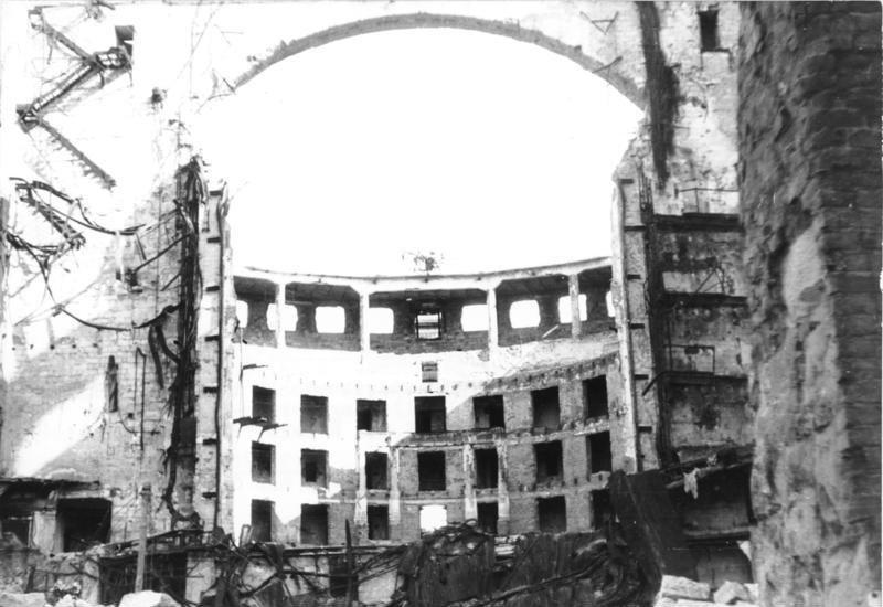 Bundesarchiv_Bild_183-1985-0117-031,_Dresden,_zerstörte_Semperoper.jpg