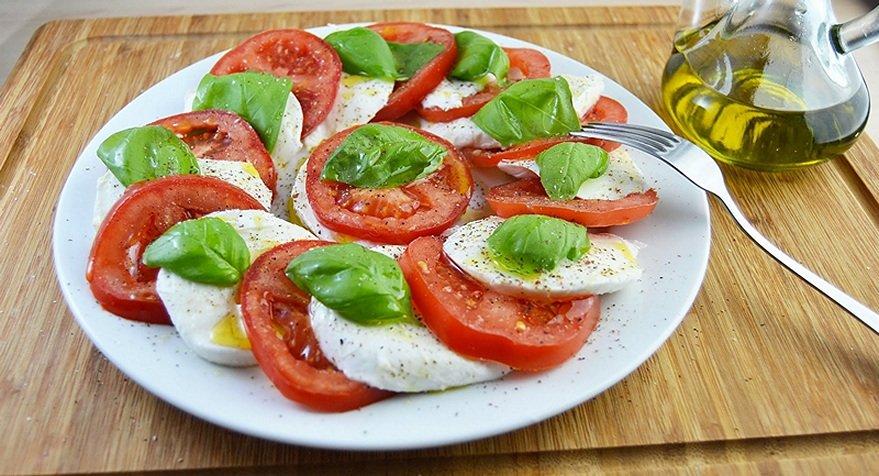 salat-s-motsarelloj[1].jpg