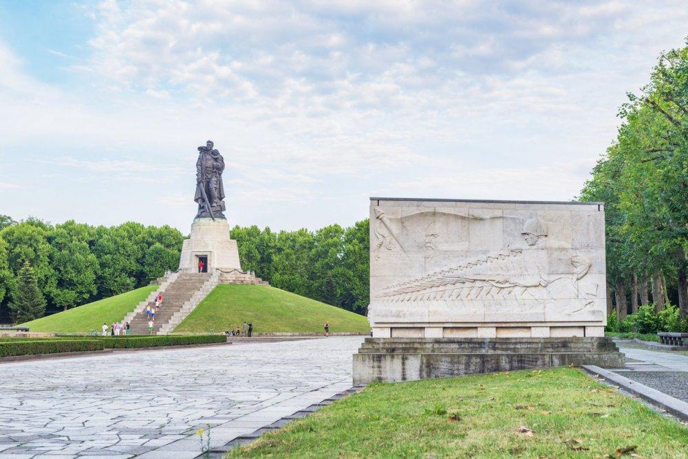Berlin-Treptower-Park-Soviet-War-Memorial (1).jpg