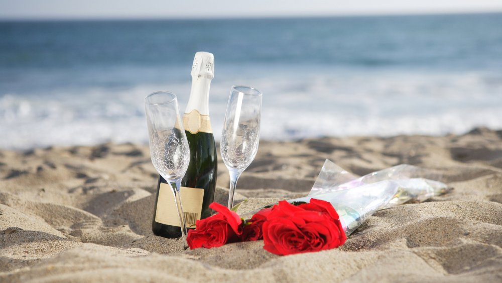 Coast_Champagne_Roses_Sand_Bottle_Stemware_Two_551558_3840x2160.jpg