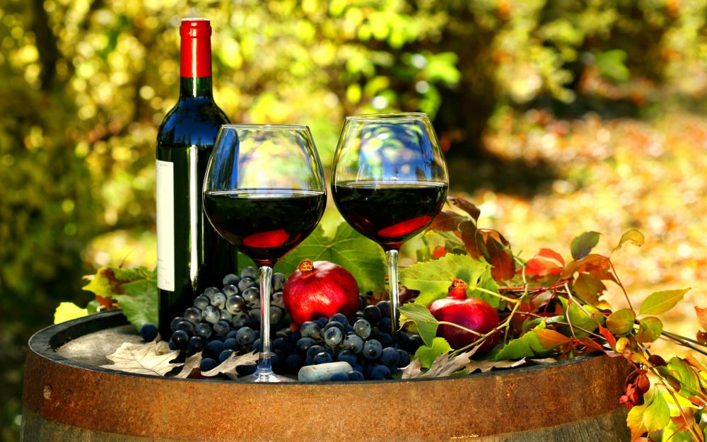 Wine_Grapes_Pomegranate_Bottle_Stemware_Two_556359_3840x2400.jpg