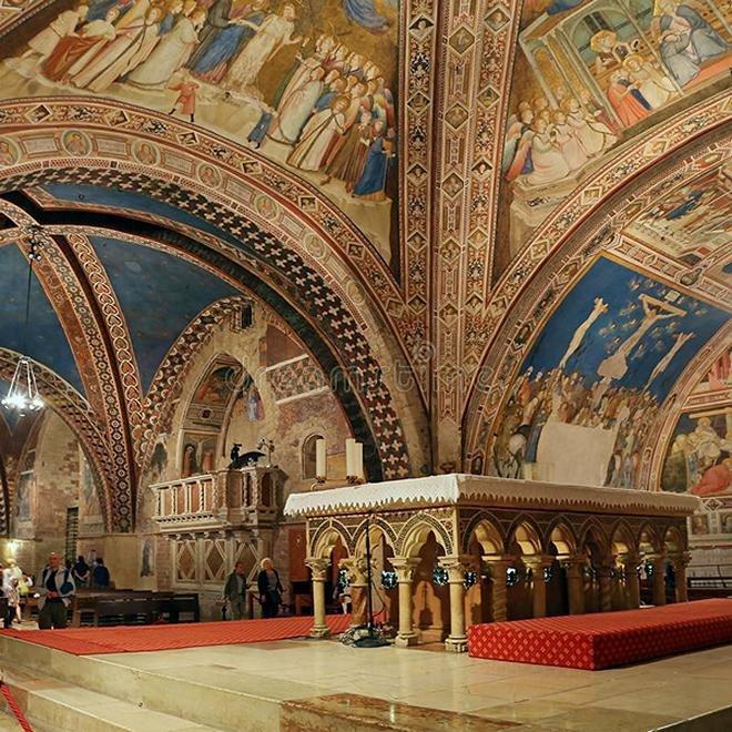 базилика-интерьера-известная-св-а-франциск-assisi-базилики-papale-di-сан-francesco-97085393.jpg