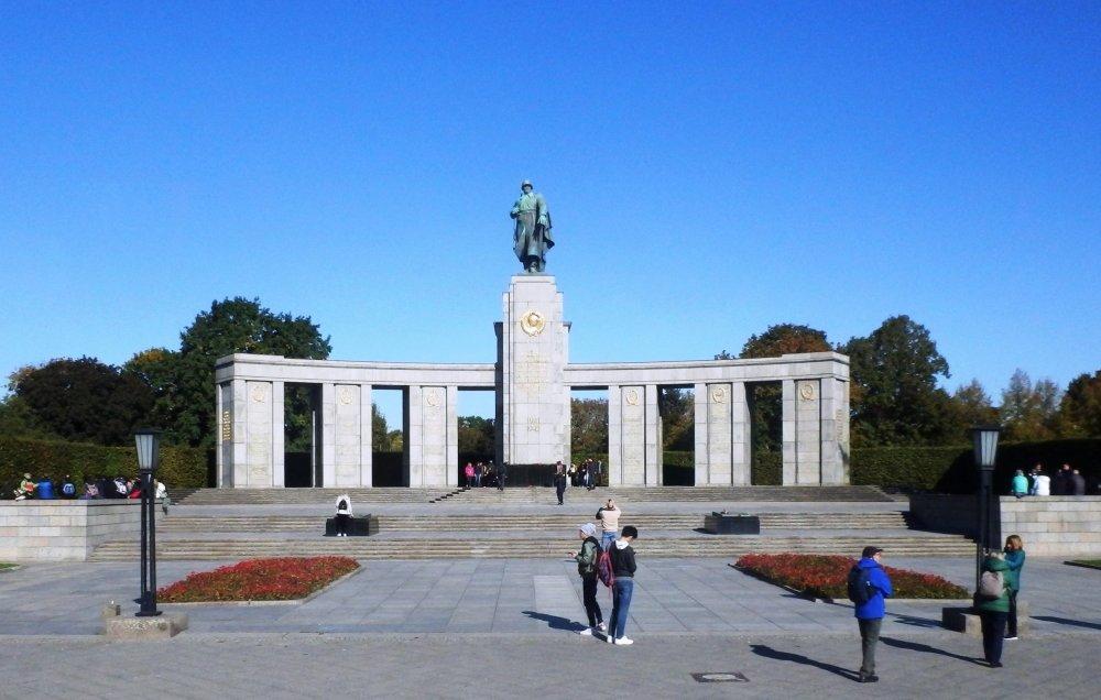 Мемориал павшим советским воинам в Тиргартене.JPG