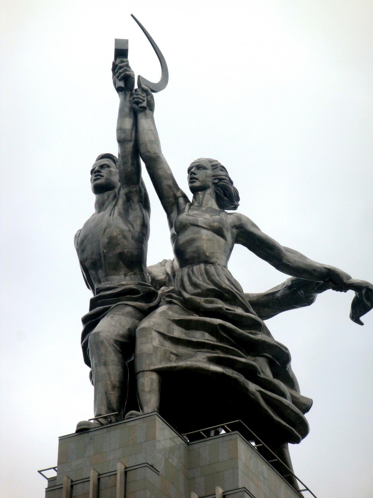 скульптура рабочий и колхозница фото стихами