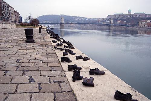 Фото-обувь-на-берегу-Дуная-в-Будапеште-Венгрия.jpg