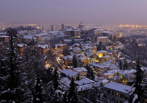 World___Italy_Night_lights_in_Bergamo__Italy_064768_.jpg