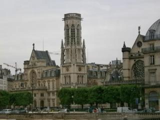 церковь Сен-Жермен-л'Осерруа XII век с 24 августа 1572 года три колокола церковной звонницы – Винсент, Герман и Мария – пробили сигнал к началу так называемой Варфоломеевской ночи, массовой резне протестантов-гугенотов..JPG