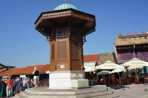 DSC00063 Сараево    деревянный фонтан Себили Брунен. в мавританском стиле на площади Себиль. Босния и Герцеговина .JPG