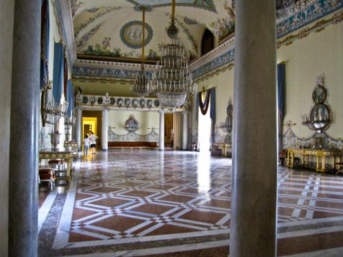 Napoli_-_Museo_di_Capodimonte_(salone_da_ballo).jpg
