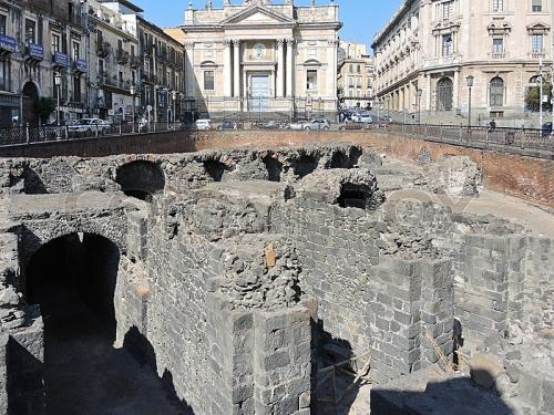 10689336-ruins-on-ancient-roman-amphitheater-in-catania.jpg