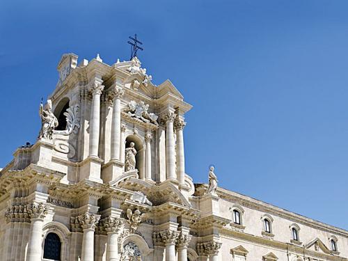 trvl-rt-plane-itcrtsicil-shutterstock_114674596_Cathedral-of-Syracuse--Duomo-di-Siracusa---church-in-Syracuse--Sicily--Italy_m.jpg