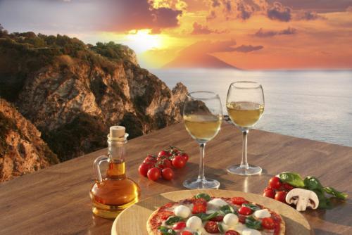 Italy-Calabria_coast_with_Italian_pizza_and_glasses_of_wine-thinkstockphotos.com-iStock-____extravagantni.jpg