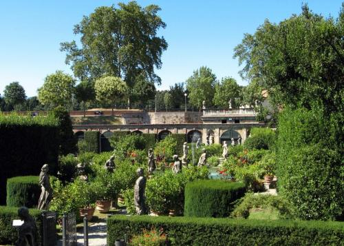 lucca-palazzo-pfanner-giardino_2402297_l1.jpg