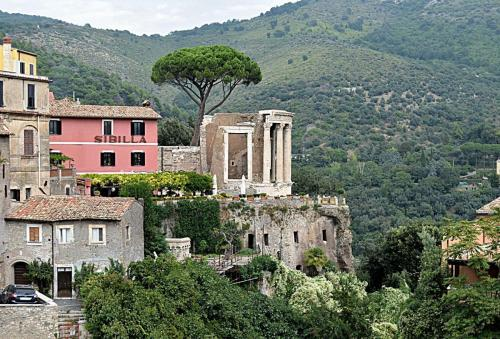 www.GetBg.net_World___Italy_Aerie_in_Tivoli__Italy_063573_.jpg