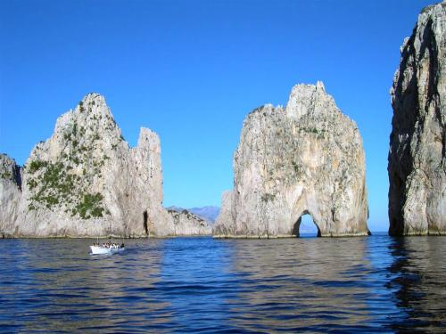 Capri-faraglioni-1.jpg