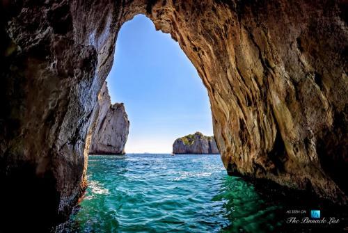 005-luxury-yacht-charter-guide-gulf-naples-amalfi-coast.jpg