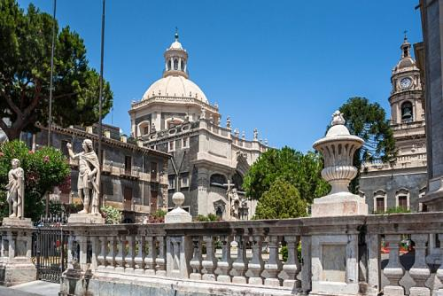 piazza_del_duomo_and_cathedral_of_santa_agatha_in_catania-750x500.jpg