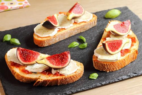 Bruschetta-with-figsgoat-cheese-and-caramelized-tomatoes-600x400.jpg