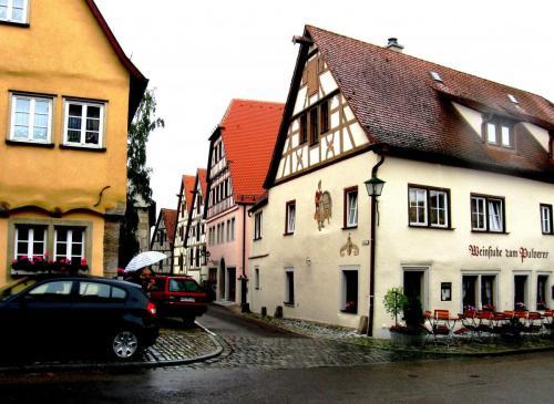 ротКафе на средневековых улицах.jpg