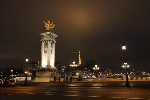 1280px-Tour_Eiffel_vue_du_pont_Alexandre_III_-_008.JPG