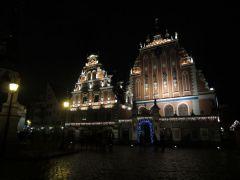 Дом Черноголовых после заката. Жаль не видно здесь танца огней под музыку..
