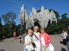 Финляндия, Хельсинки, в парке у памятника Яну Сибелиусу  (с сестрёнкой  и подругой)