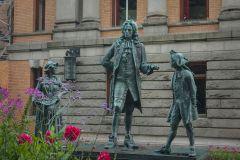 Памятник норвежскому драматургу и просветителю Людвигу Хольбергу в Осло